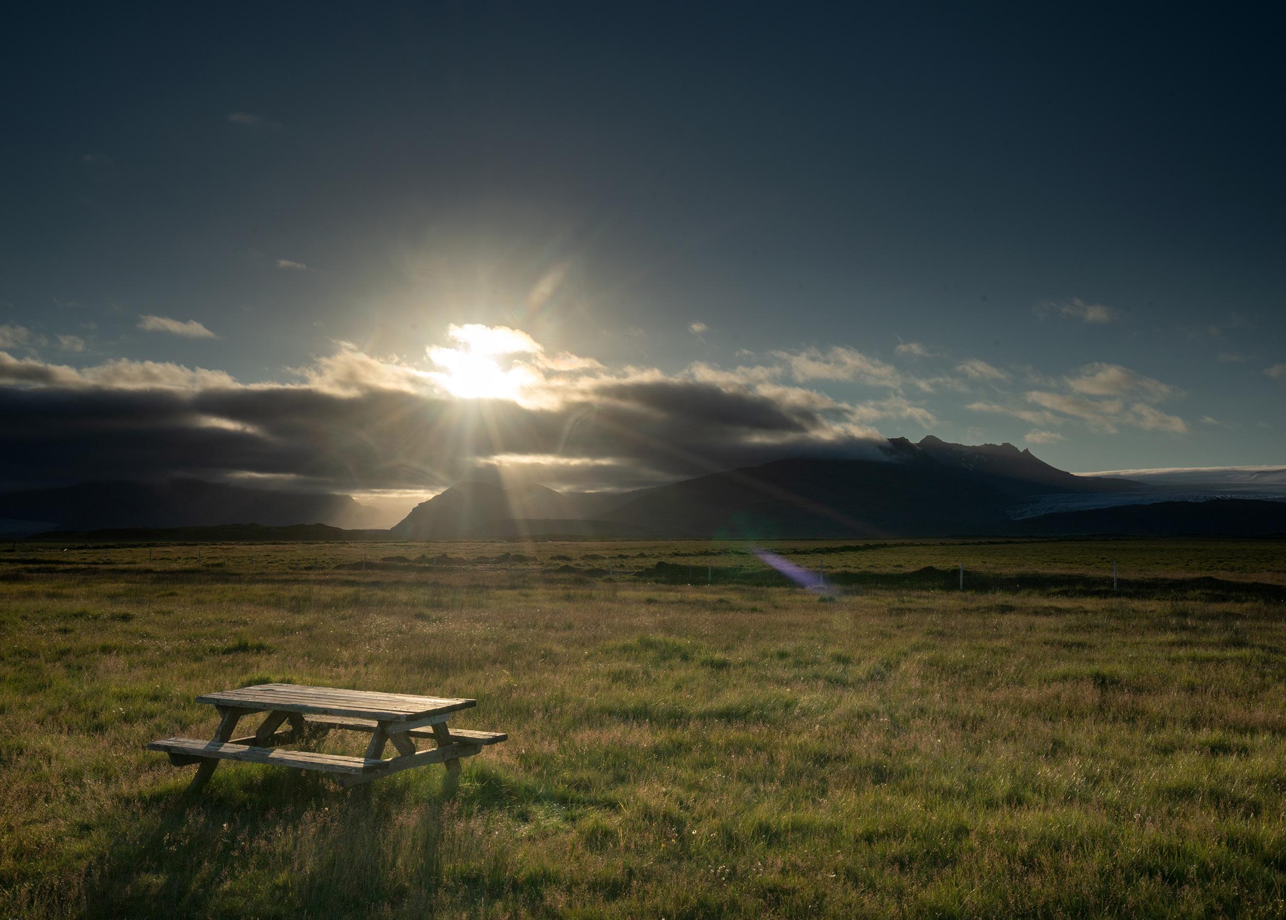 Picknickbank bei Sonnenuntergang