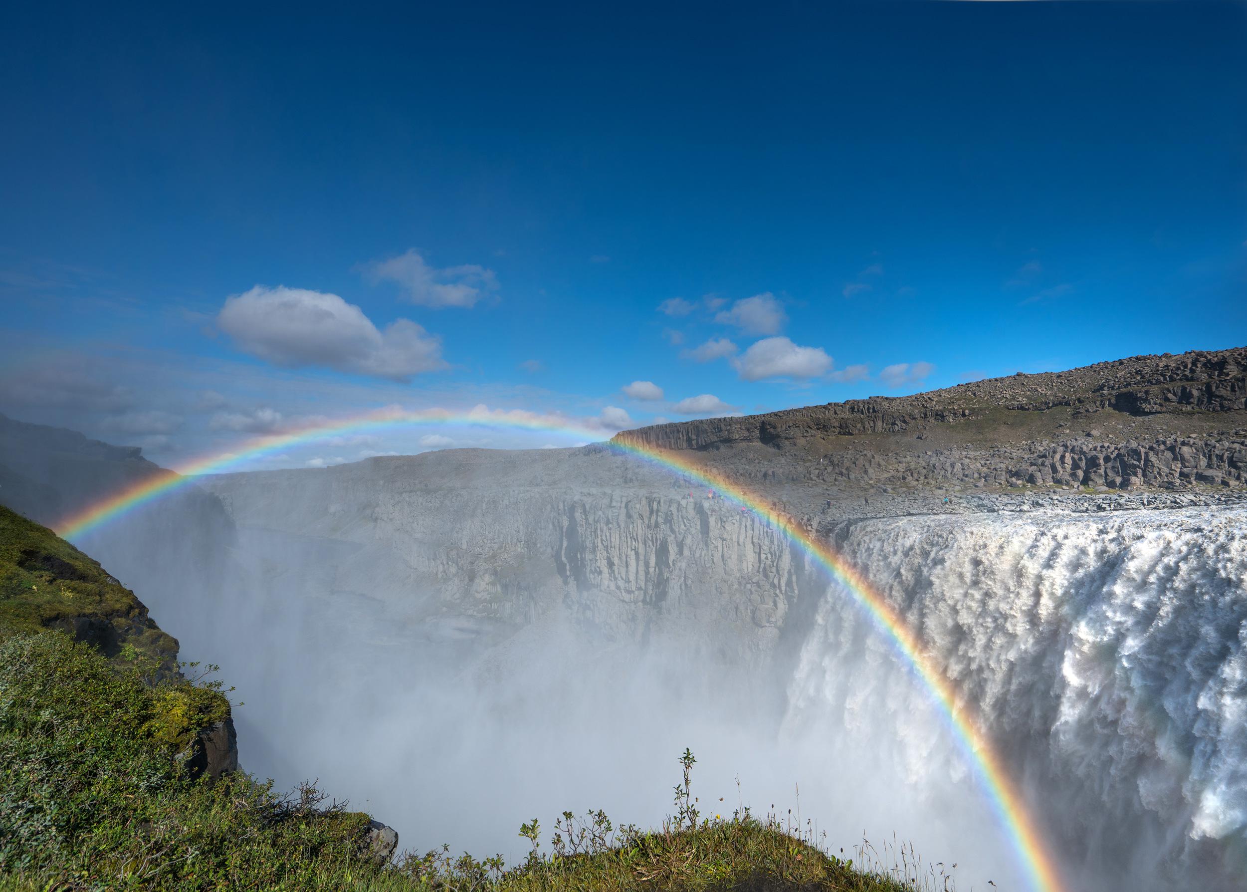 Regenbogen vor einem Wasserfall